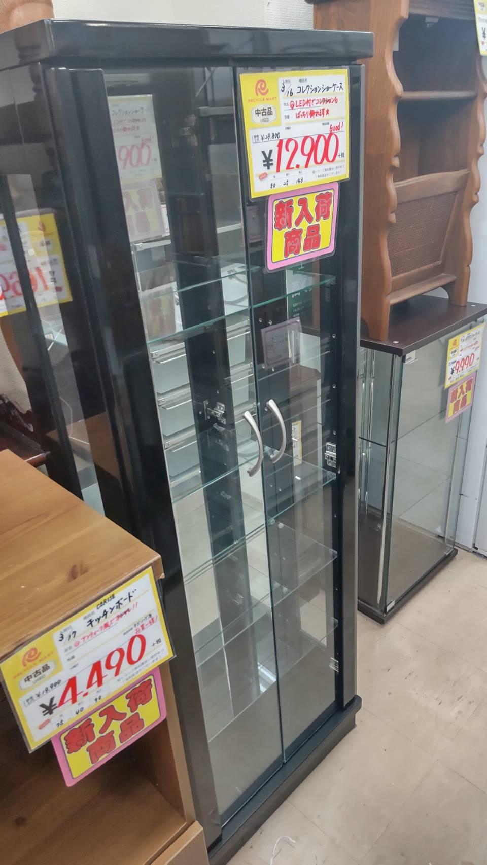 福岡市早良区のリサイクルショップ リサイクルマート原店 コレクションケース LED付 幅50cm×奥行25cm×高さ143cmを買取させて頂きました!