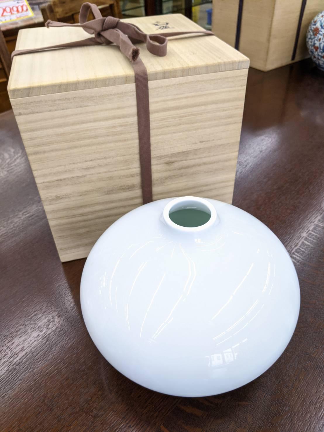 【井上 萬二 白磁丸形壺 花瓶 有田 人間国宝 無形重要文化財】を買取いたしました!の買取-
